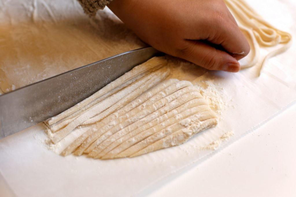 Dùng dao cắt mỳ sợi