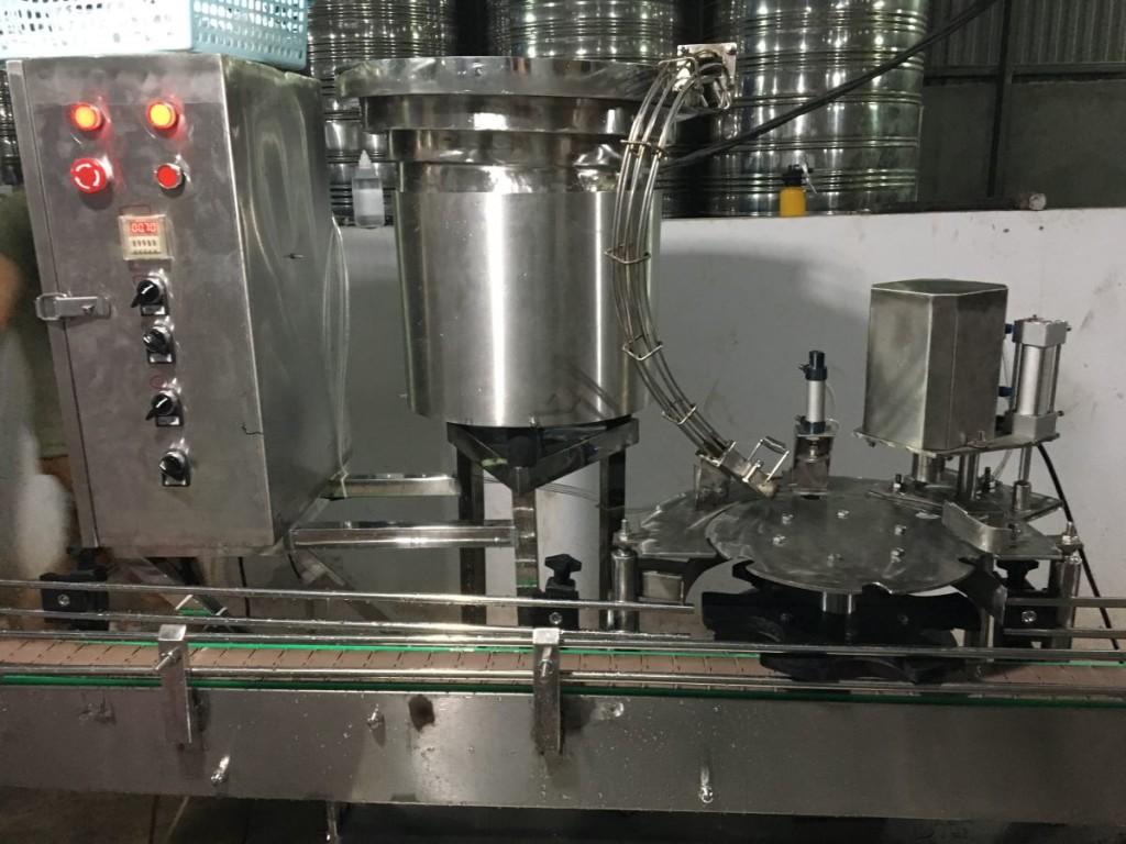 máy đóng nắp chai tự động